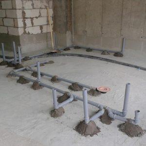 Канализационные трубы в полу дома